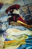 Hilos multicolores especiales para el bordado imágenes de archivo libres de regalías