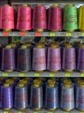 Hilos para las máquinas de coser en tienda de los estantes Foto de archivo libre de regalías
