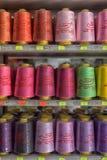 Hilos para las máquinas de coser en tienda de los estantes Fotos de archivo libres de regalías