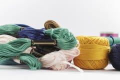 Hilos trenzados del algodón, y madejas, de diversos colores Fotos de archivo