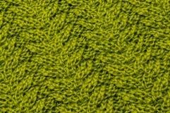 Hilos verdes olivas de las lanas del oro verde en la tela hecha punto imagen de archivo