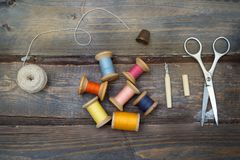 Hilos y accesorios coloridos del vintage para la costura hecha a mano encendido Fotografía de archivo libre de regalías