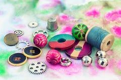 Hilos y adornos en un fondo colorido Imagen de archivo libre de regalías