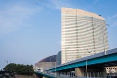 Hilton Fukuoka Sea Hawk är ett lyxigt hotell som lokaliseras bredvid baseballstadion Arkivbilder
