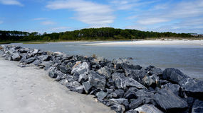 Hilton Head Island, South- Carolinastrand, felsige Sperre stockfotos