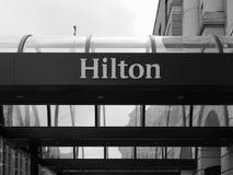 Внешняя витрина магазина Hilton Hotel в Кембридже в черно-белом стоковые фото