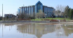 Hilton Hotel och reflekterande pöl i Markham, Kanada 4K arkivfilmer