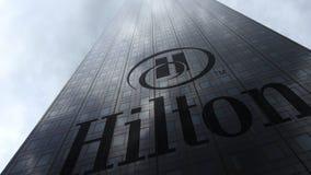 Hilton Hotels Resorts logo på reflekterande moln för en skyskrapafasad Redaktörs- tolkning 3D Royaltyfri Fotografi