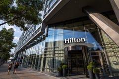 Hilton logo på ingången deras nyligen öppnade hotell av Belgrade, under eftermiddagen Hilton är ett av störst märken av hotell royaltyfri foto