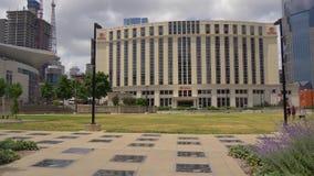 Hilton Nashville Downtown Hotel und Weg des Ruhm-Parks - Nashville, Vereinigte Staaten - 16. Juni 2019 stock video