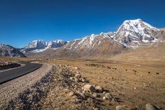 Himalaja- Gebirgs-Straße neben offenen Wiesen in Nord-Sikkim Stockfotos