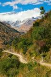 Himalaja, Gebirgsstraße Stockbilder