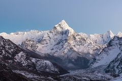 Himalaja- Landschaft von Berg-Ama Dablam-Gipfel stockfotos