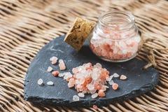 Himalaja-Salz auf einer Schieferplatte Stockbild