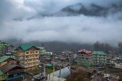 Himalaja- Stadt Lachen Nord-Sikkim auf einem nebeligen Wintermorgen Stockfoto