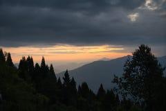 Himalajaberge in der Dämmerung stockbilder