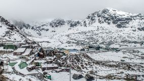 Himalajadörfer und die Häuser, die mit Schnee nach starken Schneefällen bedeckt werden, stürmen, Indien lizenzfreie stockbilder