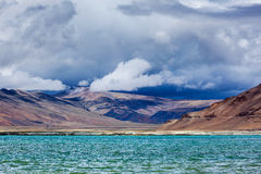 Himalajasee Tso Kar im Himalaja, Ladakh, Indien lizenzfreies stockbild