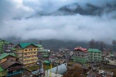 Himalajastadt Lachen auf einem nebeligen Wintermorgen Lizenzfreies Stockbild