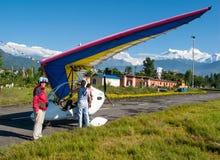 HIMALAJE, POKHARA, NEPAL 28 2008 Wrzesień: Cudzoziemski turysta przygotowywa dla lota na zrozumienie szybowu deltaplan zdjęcia stock
