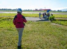 HIMALAJE, POKHARA, NEPAL 28 2008 Wrzesień: Cudzoziemski turysta przygotowywa dla lota na zrozumienie szybowu deltaplan zdjęcia royalty free