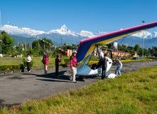 HIMALAJE, POKHARA, NEPAL 28 2008 Wrzesień: Cudzoziemski turysta przygotowywa dla lota na zrozumienie szybowu deltaplan obraz stock