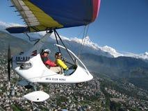 HIMALAJE, POKHARA, NEPAL 28 2008 Wrzesień: Cudzoziemski turystyczny latanie na zrozumienie szybowu deltaplan obrazy royalty free