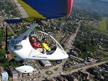 HIMALAJE, POKHARA, NEPAL 28 2008 Wrzesień: Cudzoziemski turystyczny latanie na zrozumienie szybowu deltaplan obraz royalty free