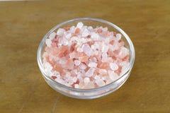 Himalajska sól w szklanym naczyniu fotografia royalty free