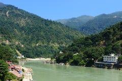 Himalajskie góry i Ganga rzeka na słonecznym dniu Obrazy Royalty Free
