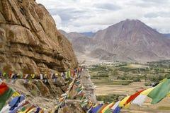 Himalajskie góry i kolorowa Buddyjska modlitwa zaznaczają na stupie blisko Buddyjskiego monasteru w Ladakh, India zdjęcie stock