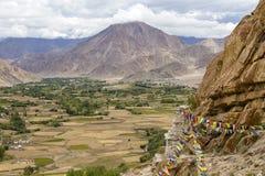 Himalajskie góry i kolorowa Buddyjska modlitwa zaznaczają na stupie blisko Buddyjskiego monasteru w Ladakh, India obraz royalty free