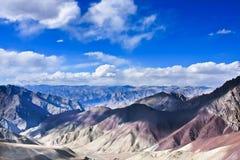 Himalay和天空视图从NamnungLa通过,拉达克,印度 库存照片