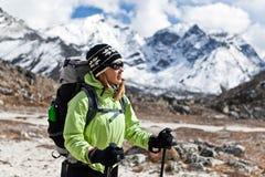 himalaya berg som trekking den gå kvinnan Arkivfoto