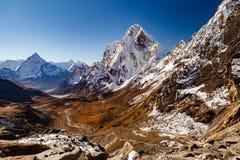 Himalaya bergmaxima från Cho La passerar, inspirerande höst L Arkivbilder