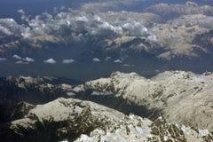 Himalaya delle catene di montagna l'alta dall'aeroplano: le cime della montagna sono coperte di neve, nuvole si trovano in valli, Fotografia Stock