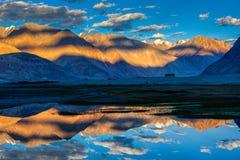 Himalaya en puesta del sol, valle de Nubra, Ladakh, la India Imagenes de archivo