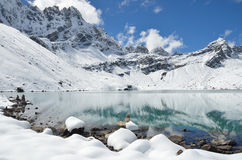 Himalaya, lago Gokio en Nepal en día soleado fotos de archivo libres de regalías