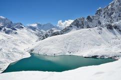 Himalaya, lago Gokio en Nepal en día soleado fotografía de archivo