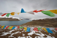 Himalaya lake with Buddhist prayer flags Stock Photography