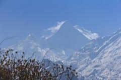 Himalaya Machapuchare bergmaximum med blå himmel, Nepal Royaltyfri Fotografi