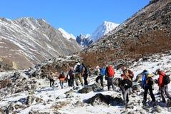 HIMALAYA, NEPAL - MARZO DE 2014: Grupo de turistas que vienen abajo franco Fotos de archivo libres de regalías