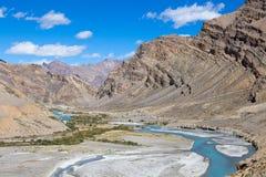 Himalayagebergte en rivier langs de weg van Manali - Leh- Himachal Pradesh, India Stock Afbeeldingen