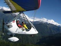 HIMALAYAGEBERGTE, POKHARA, NEPAL 28 September 2008: Buitenlandse toerist die op een deltaplan deltavlieger vliegen royalty-vrije stock foto's