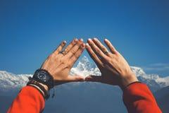 Himalayagebergte in uw handen Royalty-vrije Stock Afbeeldingen