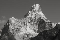 Himalayan bedöva montering Ama Dablam på vägen till Mount Everest arkivbild