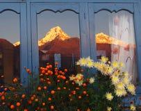 Himalayan berg reflekterade i fönstret Fotografering för Bildbyråer