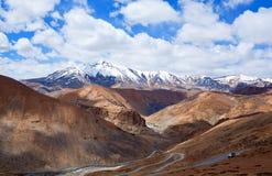 Himalayan berglandskap längs den Manali - Leh vägen, Indien Arkivbild