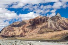 Himalayan landskap i Himalayas längs den Manali-Leh huvudvägen Himachal Pradesh Indien Royaltyfri Bild