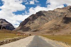 Himalayan landskap längs den Manali-Leh huvudvägen Himachal Pradesh Indien Royaltyfria Foton